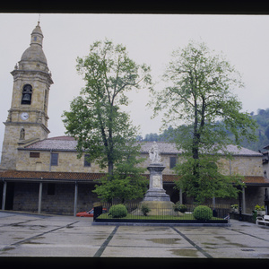 López - 1994 - Fachada de la iglesia de San Martín de Tours en Ur.jpg